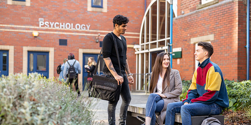 Image of undergraduate students outside the School of Psychology Alp 0072 800x400
